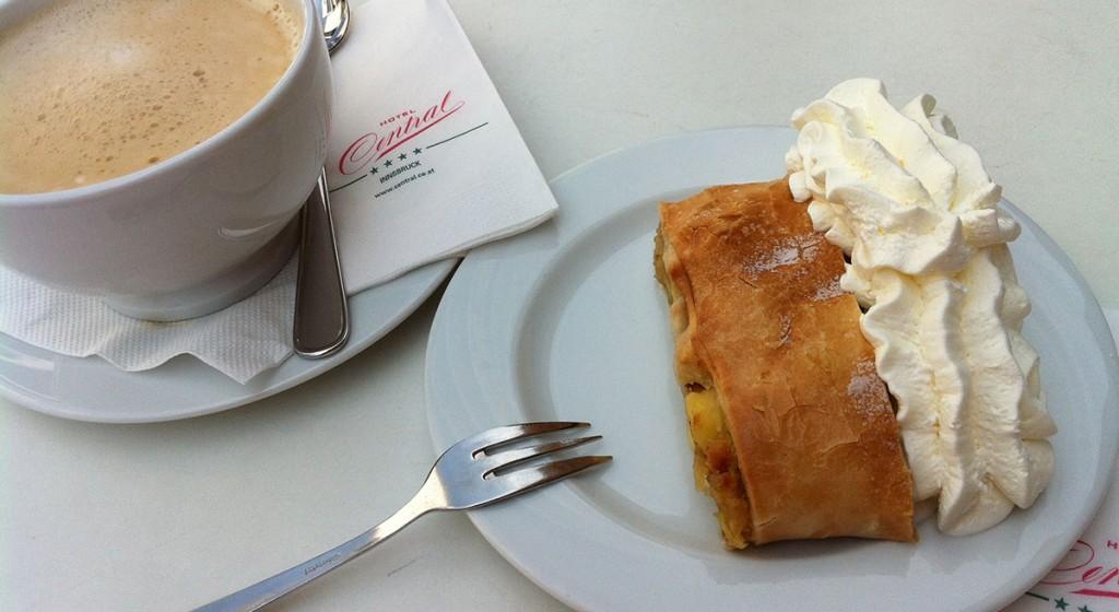 Apfelstrudel mit französischem Kaffee