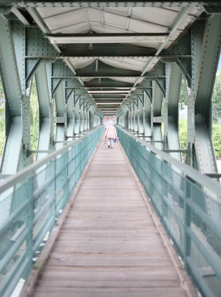Der symetrische Blick auf eine alte Einsenbahnbrücke.