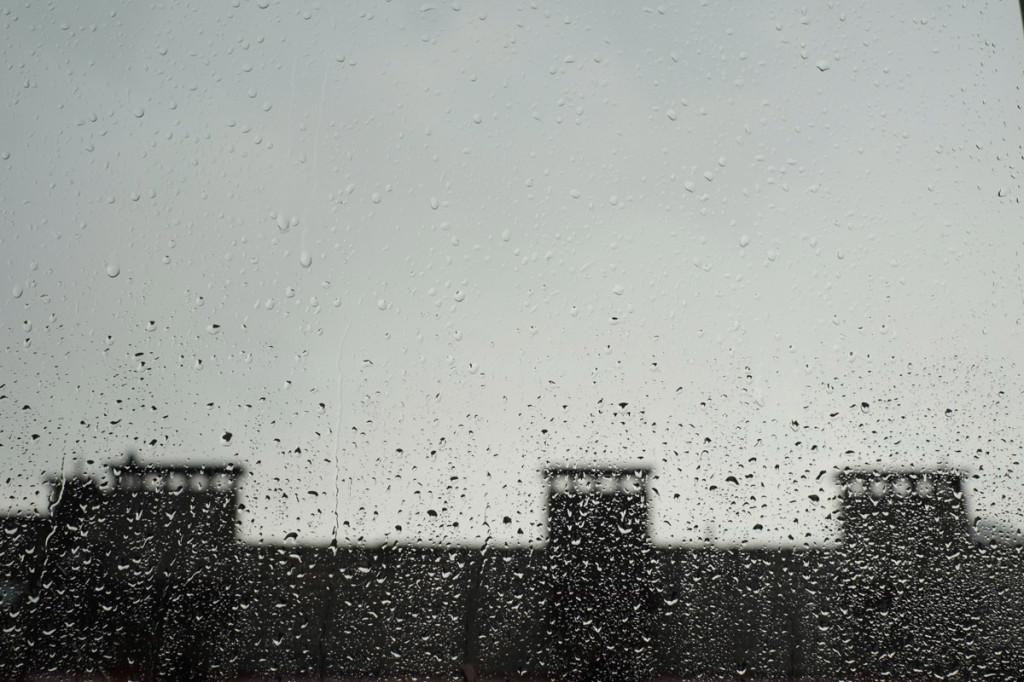 Ein grauer Tag im Fenster
