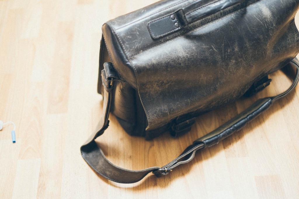 Mit dicker Tasche ins Vormittagsbüro.