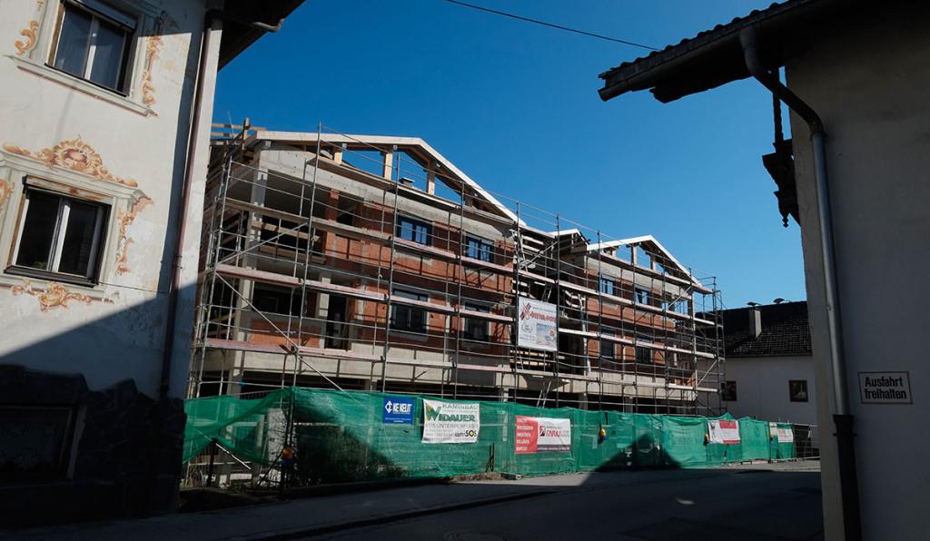 Der Bau war letzte Woche noch ohne Baugerüst.