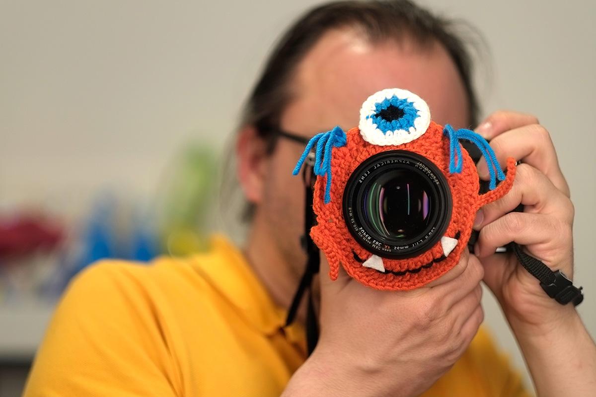 Objektivmonster in orange mit einem Auge
